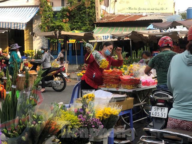 Sáng mùng 3 Tết, dân Sài Gòn xếp hàng vào siêu thị mua gà cúng - Ảnh 17.