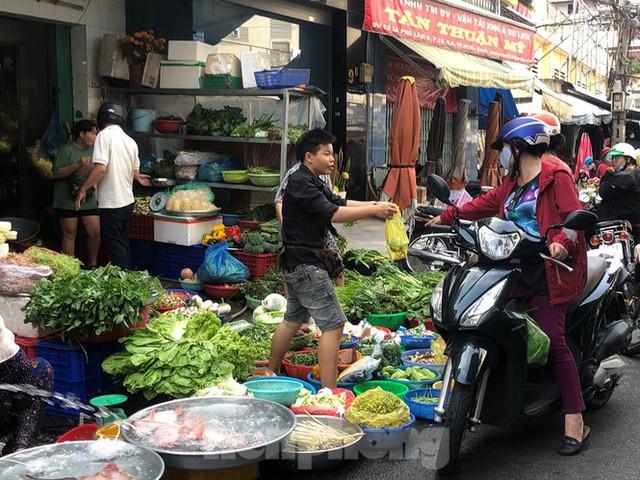 Sáng mùng 3 Tết, dân Sài Gòn xếp hàng vào siêu thị mua gà cúng - Ảnh 18.