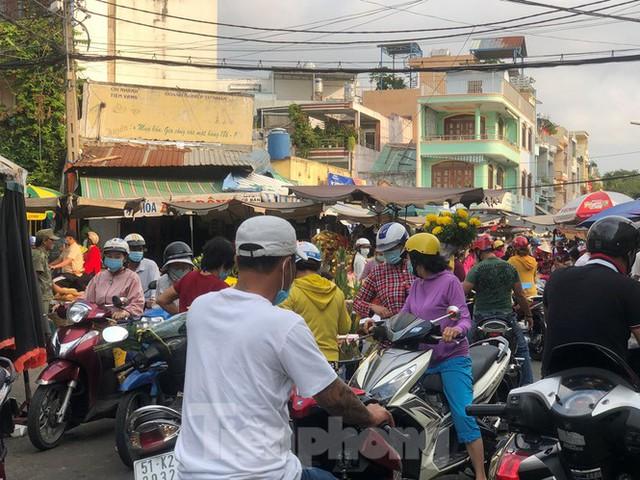 Sáng mùng 3 Tết, dân Sài Gòn xếp hàng vào siêu thị mua gà cúng - Ảnh 19.