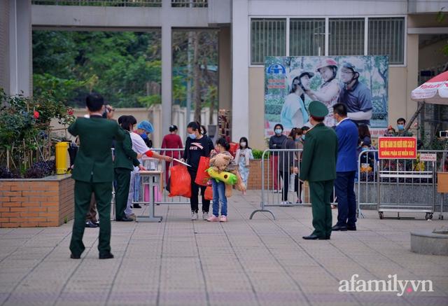 Niềm vui ngày mùng 3 Tết: Toàn bộ học sinh TH Xuân Phương còn lại hoàn thành cách ly, được nhận lì xì trước khi về nhà trong vòng tay cha mẹ - Ảnh 3.