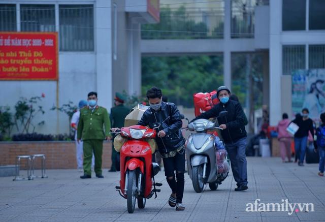Niềm vui ngày mùng 3 Tết: Toàn bộ học sinh TH Xuân Phương còn lại hoàn thành cách ly, được nhận lì xì trước khi về nhà trong vòng tay cha mẹ - Ảnh 4.