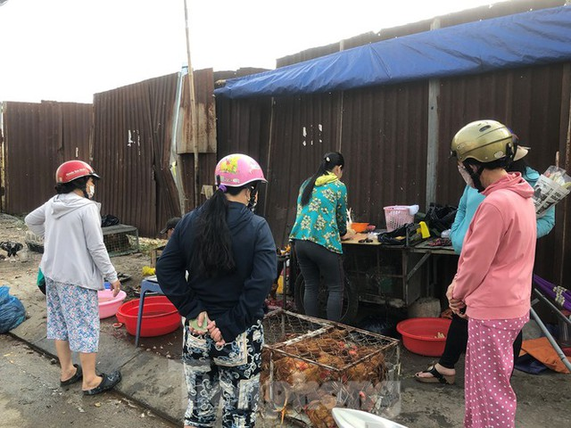 Sáng mùng 3 Tết, dân Sài Gòn xếp hàng vào siêu thị mua gà cúng - Ảnh 4.