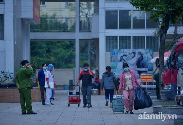 Niềm vui ngày mùng 3 Tết: Toàn bộ học sinh TH Xuân Phương còn lại hoàn thành cách ly, được nhận lì xì trước khi về nhà trong vòng tay cha mẹ - Ảnh 5.