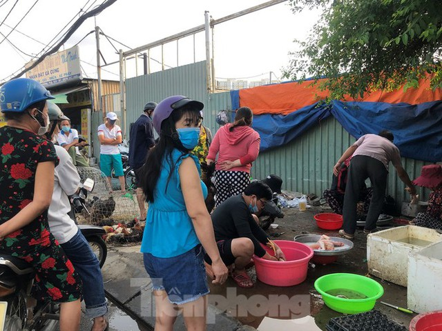 Sáng mùng 3 Tết, dân Sài Gòn xếp hàng vào siêu thị mua gà cúng - Ảnh 5.