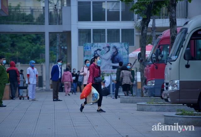 Niềm vui ngày mùng 3 Tết: Toàn bộ học sinh TH Xuân Phương còn lại hoàn thành cách ly, được nhận lì xì trước khi về nhà trong vòng tay cha mẹ - Ảnh 6.