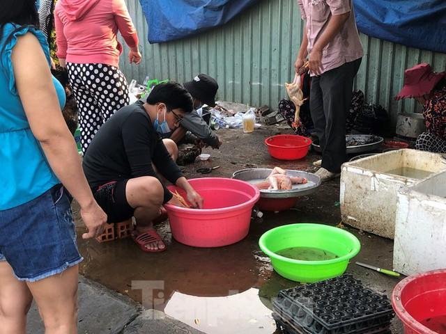 Sáng mùng 3 Tết, dân Sài Gòn xếp hàng vào siêu thị mua gà cúng - Ảnh 6.