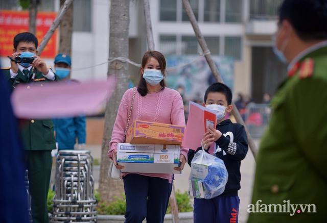 Niềm vui ngày mùng 3 Tết: Toàn bộ học sinh TH Xuân Phương còn lại hoàn thành cách ly, được nhận lì xì trước khi về nhà trong vòng tay cha mẹ - Ảnh 7.