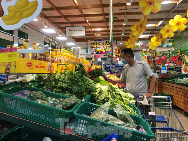 Sáng mùng 3 Tết, dân Sài Gòn xếp hàng vào siêu thị mua gà cúng - Ảnh 8.