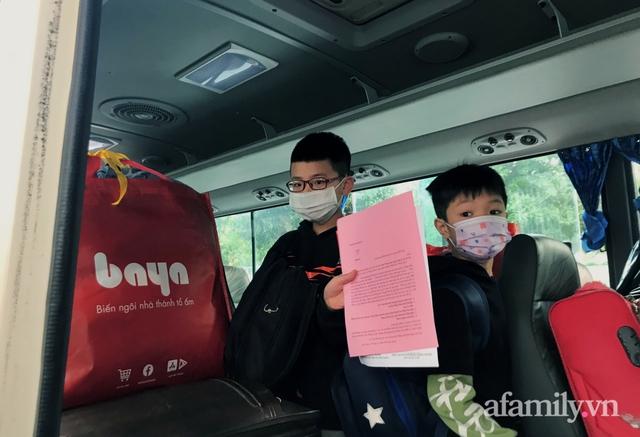 Niềm vui ngày mùng 3 Tết: Toàn bộ học sinh TH Xuân Phương còn lại hoàn thành cách ly, được nhận lì xì trước khi về nhà trong vòng tay cha mẹ - Ảnh 9.