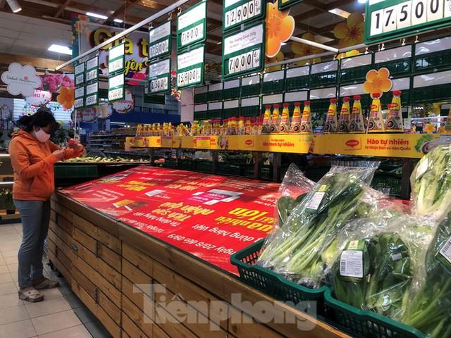 Sáng mùng 3 Tết, dân Sài Gòn xếp hàng vào siêu thị mua gà cúng - Ảnh 9.