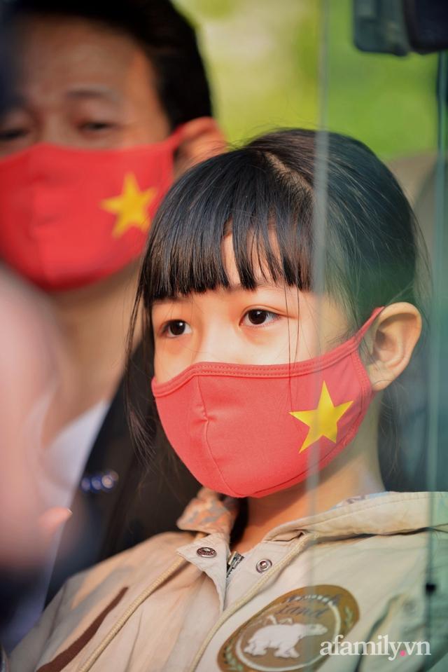 Niềm vui ngày mùng 3 Tết: Toàn bộ học sinh TH Xuân Phương còn lại hoàn thành cách ly, được nhận lì xì trước khi về nhà trong vòng tay cha mẹ - Ảnh 10.
