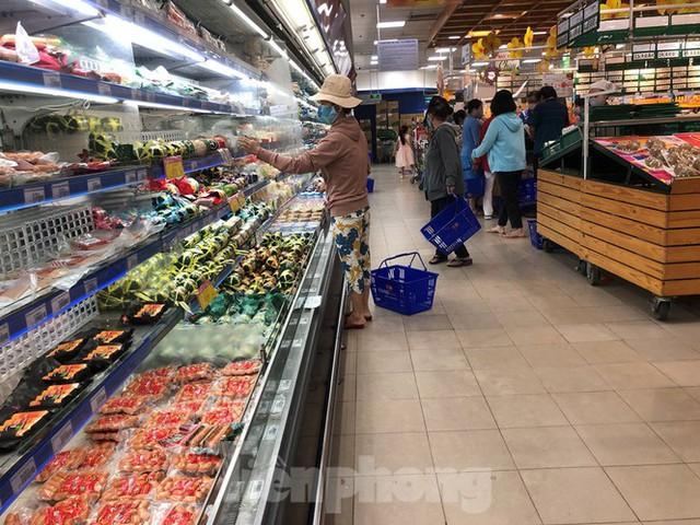 Sáng mùng 3 Tết, dân Sài Gòn xếp hàng vào siêu thị mua gà cúng - Ảnh 10.