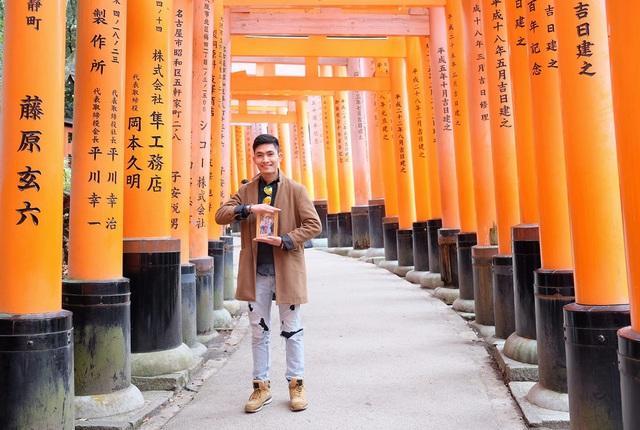 Chàng trai Việt mang di ảnh bố mẹ đi khắp nước Nhật lộ tài nấu nướng đẳng cấp: Đưa đồ ăn đơn giản lên 5 sao - Ảnh 1.