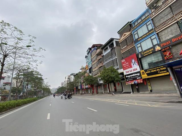Hàng quán ở Hà Nội sau chỉ thị đóng cửa phòng dịch COVID-19 - Ảnh 1.