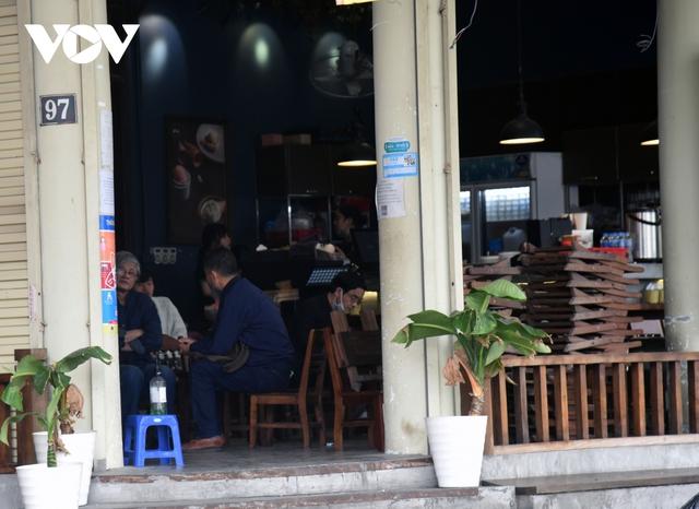 Một số quán ăn, quán cafe tại Hà Nội vẫn mở cửa bất chấp lệnh cấm  - Ảnh 11.