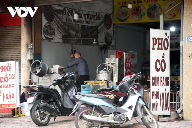 Một số quán ăn, quán cafe tại Hà Nội vẫn mở cửa bất chấp lệnh cấm  - Ảnh 12.