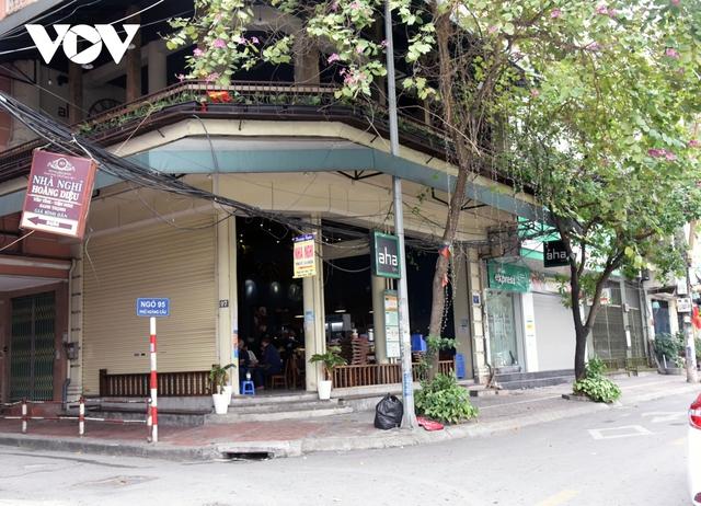 Một số quán ăn, quán cafe tại Hà Nội vẫn mở cửa bất chấp lệnh cấm  - Ảnh 10.