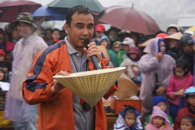 Quyền Linh - MC giàu nhất nhì showbiz Việt: Một đời lăn lộn để thoát cảnh cùng cực, thành đại gia rồi vẫn giản dị nằm đất, đi dép lào, bỏ tiền túi giúp dân nghèo - Ảnh 10.