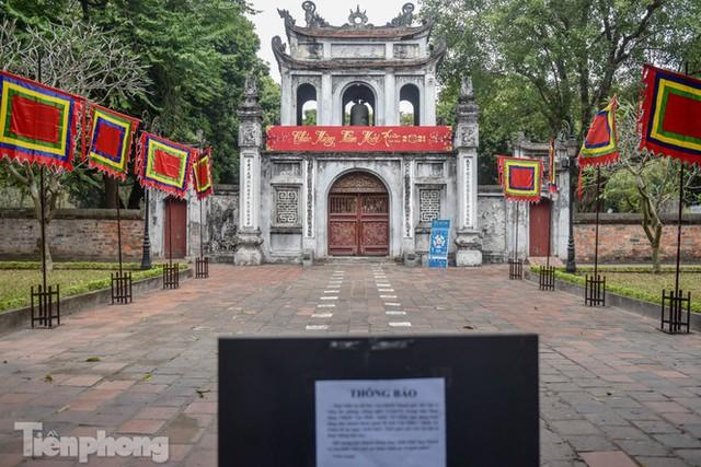 Di tích, đình chùa đóng cửa vì COVID-19, người dân Hà Nội vái vọng từ xa - Ảnh 1.