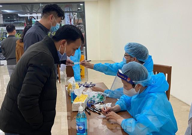Dân văn phòng Hà Nội xếp hàng lấy mẫu xét nghiệm COVID-19 trong ngày đầu đi làm - Ảnh 1.