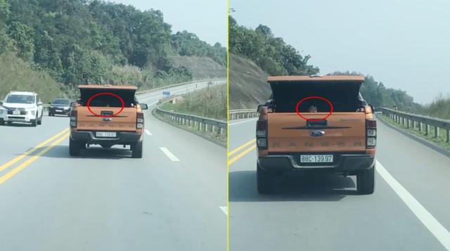 Clip: Xe bán tải mở cốp nghênh ngang đi trên Quốc lộ, nhưng đáng sợ nhất là cảnh tượng bên trong - Ảnh 2.