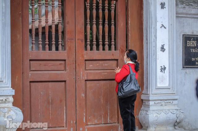 Di tích, đình chùa đóng cửa vì COVID-19, người dân Hà Nội vái vọng từ xa - Ảnh 13.