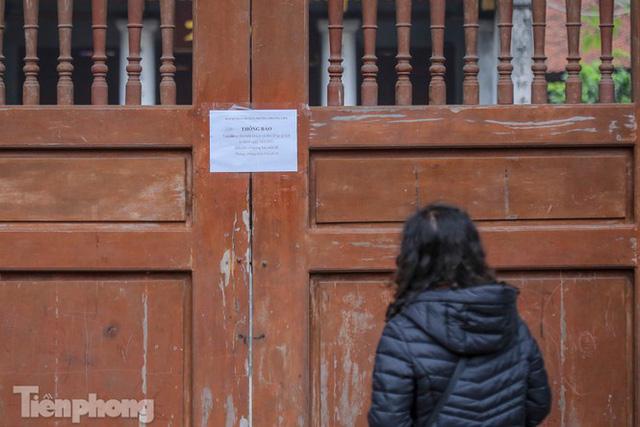 Di tích, đình chùa đóng cửa vì COVID-19, người dân Hà Nội vái vọng từ xa - Ảnh 14.