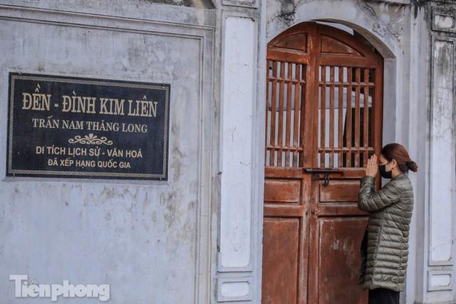 Di tích, đình chùa đóng cửa vì COVID-19, người dân Hà Nội vái vọng từ xa - Ảnh 15.