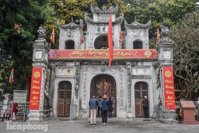 Di tích, đình chùa đóng cửa vì COVID-19, người dân Hà Nội vái vọng từ xa - Ảnh 5.