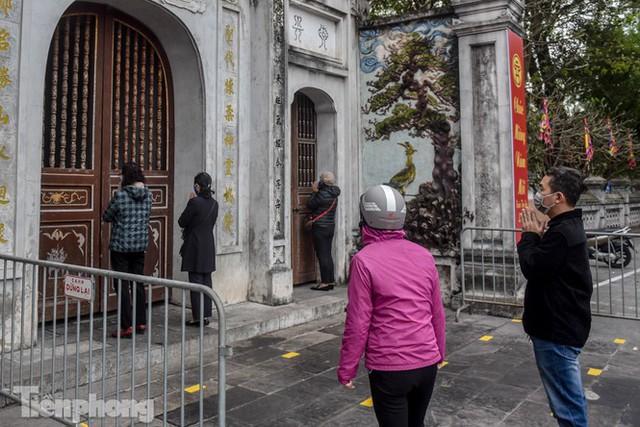 Di tích, đình chùa đóng cửa vì COVID-19, người dân Hà Nội vái vọng từ xa - Ảnh 6.