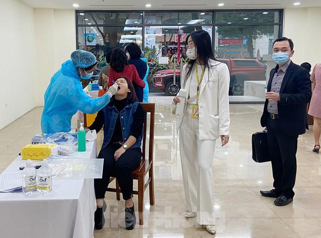 Dân văn phòng Hà Nội xếp hàng lấy mẫu xét nghiệm COVID-19 trong ngày đầu đi làm - Ảnh 6.