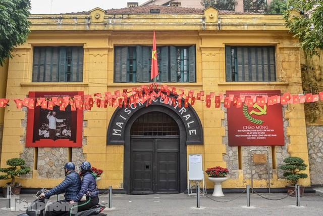 Di tích, đình chùa đóng cửa vì COVID-19, người dân Hà Nội vái vọng từ xa - Ảnh 7.