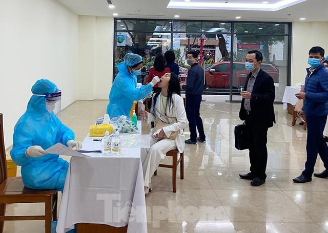 Dân văn phòng Hà Nội xếp hàng lấy mẫu xét nghiệm COVID-19 trong ngày đầu đi làm - Ảnh 7.