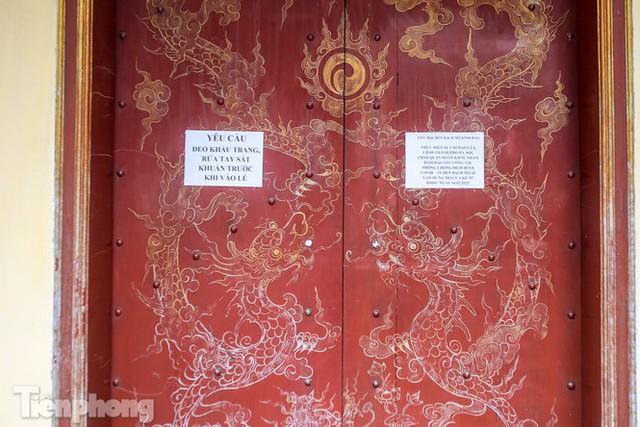 Di tích, đình chùa đóng cửa vì COVID-19, người dân Hà Nội vái vọng từ xa - Ảnh 10.