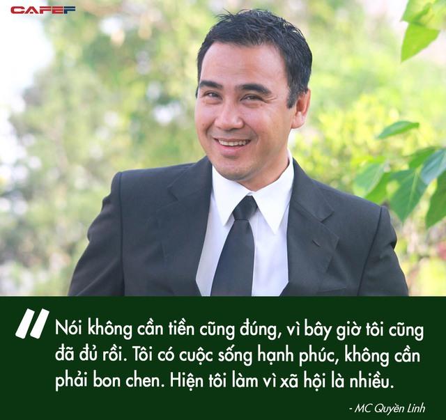 Quyền Linh - MC giàu nhất nhì showbiz Việt: Một đời lăn lộn để thoát cảnh cùng cực, thành đại gia rồi vẫn giản dị nằm đất, đi dép lào, bỏ tiền túi giúp dân nghèo - Ảnh 12.