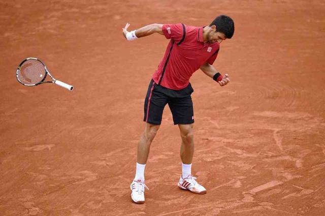 Novak Djokovic lại đập nát vợt: Hành động đáng xấu hổ khiến ngôi sao quần vợt mất điểm, thi đấu thành công nhưng luôn bị ghét bỏ - Ảnh 3.