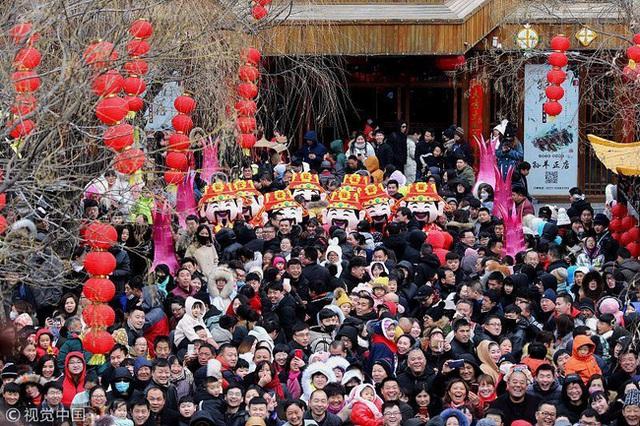 Muôn hình vạn trạng ngày Vía Thần Tài ở Trung Quốc: Người tranh nhau quét mã nhận lì xì online, hàng vạn người giành lấy tiền cổ vì muốn may mắn - Ảnh 1.
