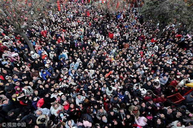 Muôn hình vạn trạng ngày Vía Thần Tài ở Trung Quốc: Người tranh nhau quét mã nhận lì xì online, hàng vạn người giành lấy tiền cổ vì muốn may mắn - Ảnh 2.