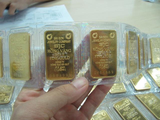 Vì sao giá vàng SJC cao hơn thế giới trên 7 triệu đồng/lượng?  - Ảnh 1.