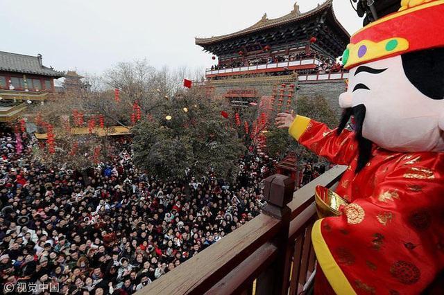 Muôn hình vạn trạng ngày Vía Thần Tài ở Trung Quốc: Người tranh nhau quét mã nhận lì xì online, hàng vạn người giành lấy tiền cổ vì muốn may mắn - Ảnh 3.