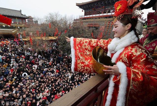 Muôn hình vạn trạng ngày Vía Thần Tài ở Trung Quốc: Người tranh nhau quét mã nhận lì xì online, hàng vạn người giành lấy tiền cổ vì muốn may mắn - Ảnh 4.