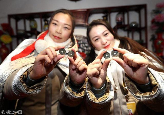 Muôn hình vạn trạng ngày Vía Thần Tài ở Trung Quốc: Người tranh nhau quét mã nhận lì xì online, hàng vạn người giành lấy tiền cổ vì muốn may mắn - Ảnh 5.