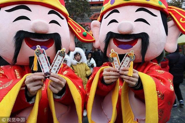 Muôn hình vạn trạng ngày Vía Thần Tài ở Trung Quốc: Người tranh nhau quét mã nhận lì xì online, hàng vạn người giành lấy tiền cổ vì muốn may mắn - Ảnh 6.