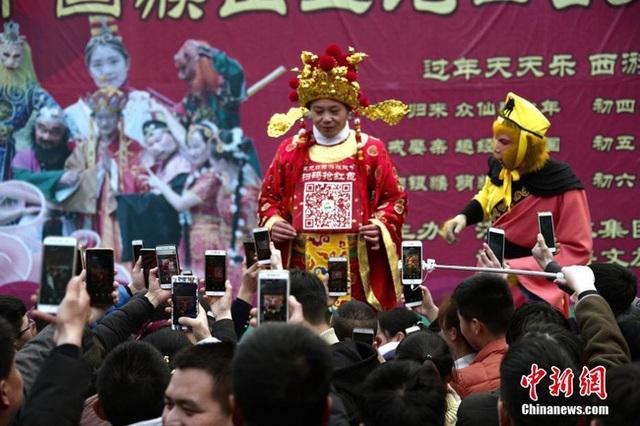 Muôn hình vạn trạng ngày Vía Thần Tài ở Trung Quốc: Người tranh nhau quét mã nhận lì xì online, hàng vạn người giành lấy tiền cổ vì muốn may mắn - Ảnh 7.