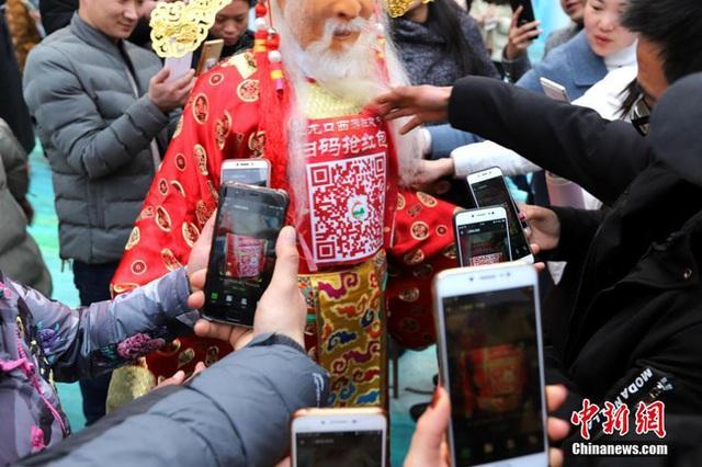 Muôn hình vạn trạng ngày Vía Thần Tài ở Trung Quốc: Người tranh nhau quét mã nhận lì xì online, hàng vạn người giành lấy tiền cổ vì muốn may mắn - Ảnh 8.
