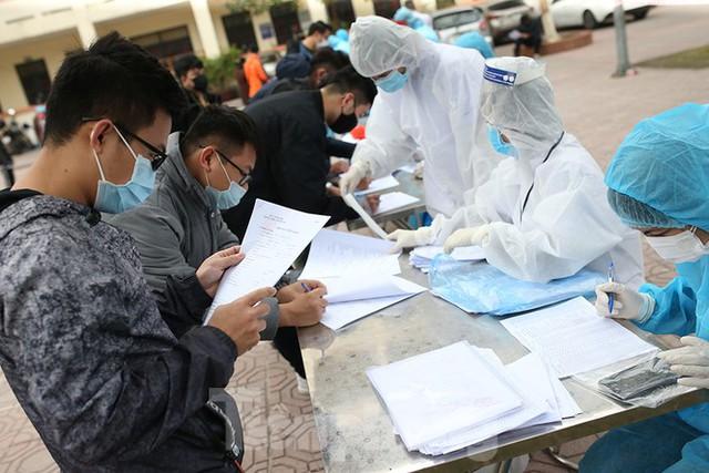 Cận cảnh xét nghiệm COVID-19 cho người dân từ vùng dịch về Hà Nội - Ảnh 2.