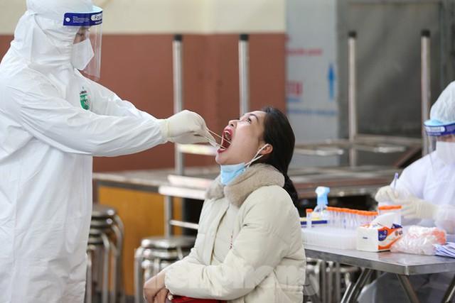 Cận cảnh xét nghiệm COVID-19 cho người dân từ vùng dịch về Hà Nội - Ảnh 11.