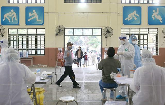 Cận cảnh xét nghiệm COVID-19 cho người dân từ vùng dịch về Hà Nội - Ảnh 15.