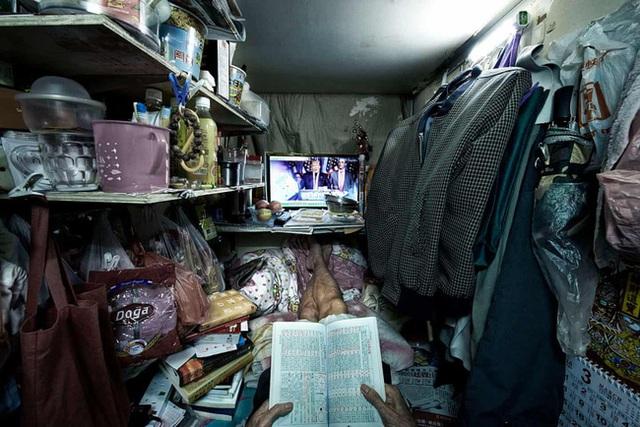 Đằng sau những ánh đèn neon rực rỡ của Hong Kong là nỗi ám ảnh khi phải sống trong nhà quan tài vài mét vuông của người lao động - Ảnh 4.