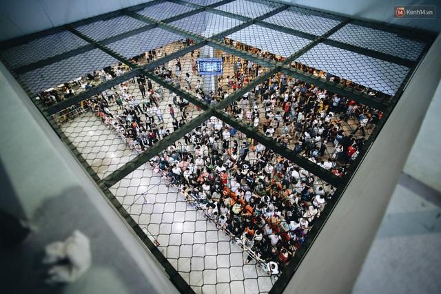 Chùm ảnh: Hình ảnh trái ngược ở ga quốc tế Tân Sơn Nhất trong năm nay và năm trước dịp gần Tết Nguyên đán - Ảnh 1.